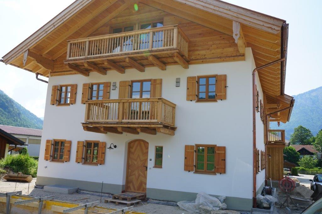 Moderne trifft auf Tradition: Nachhaltig gebaute DHH im Landhausstil in Unterwössen