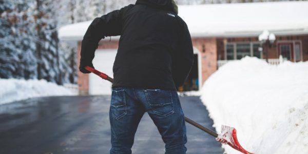 Fällt im Winter Schnee oder bildet sich Eis, müssen Hausbesitzer tagsüber die Gehwege vor ihrem Grundstück räumen und streuen.